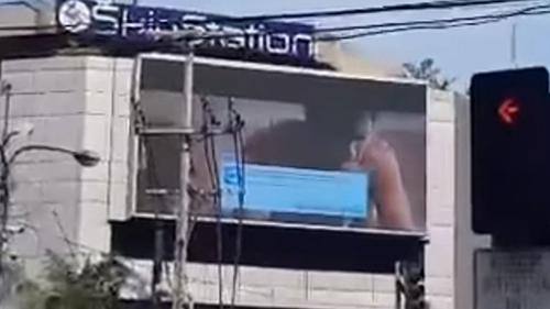 Video khiêu dâm được phát trên bảng quảng cáo ởthành phố Makati,Philippines chiều qua. Ảnh: YouTube