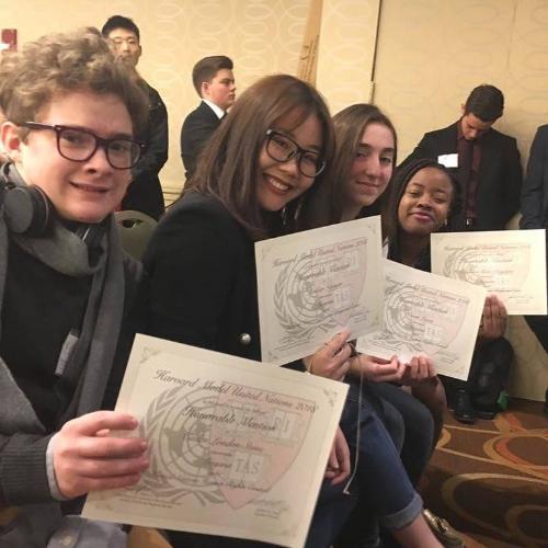 Các bạn học sinh trường CATS Academy Bostontham gia phiên họp giả định Liên Hiệp Quốctại Đại học Harvard.