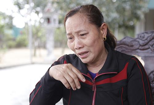 Bà Lê Thị Cúc khóc khi kể về con trai. Ảnh: Nguyễn Hải