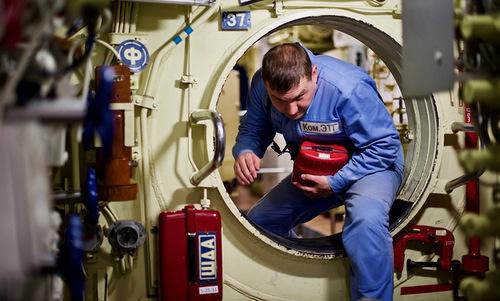 Mỗi lính tàu ngầm được trang bị túi đồ cứu hộ riêng. Ảnh: Andrei Stanavov.