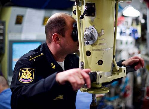 Sĩ quan theo dõi mục tiêu qua kính tiềm vọng. Ảnh: Andrei Stanavov.