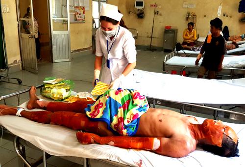 Sau khi được sơ cứu tại Bệnh viện đa khoa tỉnh Bạc Liêu, các nạn nhân được chuyển lên bệnh viện tuyến trên cấp cứu. Ảnh: Khoa Nam.