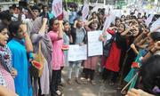 Giáo sư Ấn Độ gây giận dữ vì so sánh ngực nữ sinh với dưa hấu
