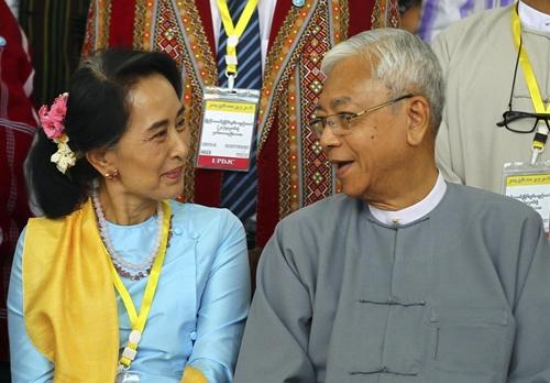 Cố vấn nhà nước Aung San Suu Kyi và Tổng thống Myanmar U Htin Kyaw. Ảnh: Reuters.