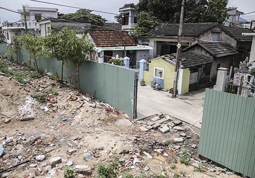Khu đất dự án được rào kín chắn khu dân cư với mặt biển phía trước, đồng thời mở những lối xuống biển cho dân. Ảnh: Nguyễn Đông.