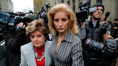 Zervos (phải) và luật sư Gloria Allred trong vòng vây báo chí hôm 20/3. Ảnh: Reuters.
