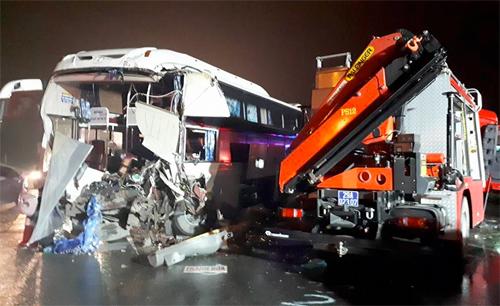 Xe khách và xe cứu hỏa hư hỏng nặng sau tai nạn lúc 16h45 chiều 18/3. Ảnh: Bá Đô.