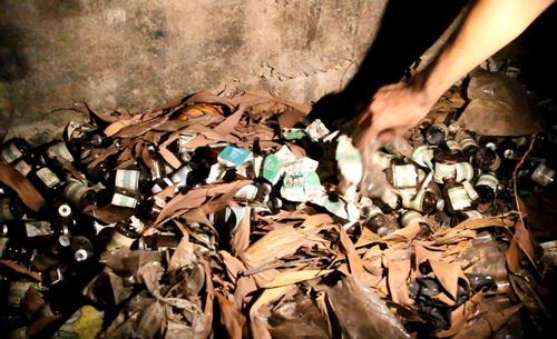 Hàng trăm vỏ thuốc an thần bên trong cơ sở chăn nuôi heo. Ảnh: Thái Hà