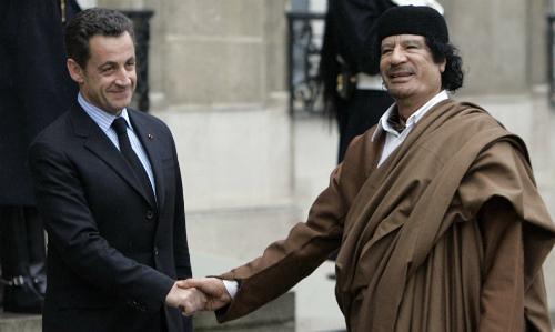 Nicolas Sarkozy (trái) vàMuammar Gadhafi gặp nhau tại Pháp năm 2007. Ảnh: AP.