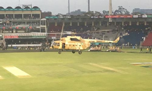 Trực thăng quân sự Pakistan treo lơ lửng để làm khô mặt cỏ sân vận động. Ảnh: Twitter.