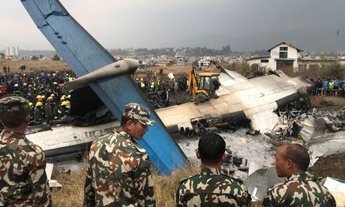 Phần còn lại của phi cơ Bangladesh sau khi bốc cháy tại gần sân bay ở thủ đô Kathmandu, Nepal, ngày 12/3. Ảnh:Reuters.