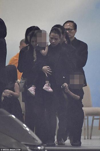 Vợ con (giữa) và người thân của ông Dinh tại tang lễ. Ảnh: Media Mode