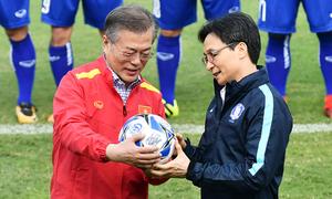 Tổng thống Hàn Quốc đá bóng giao lưu cùng U23 Việt Nam