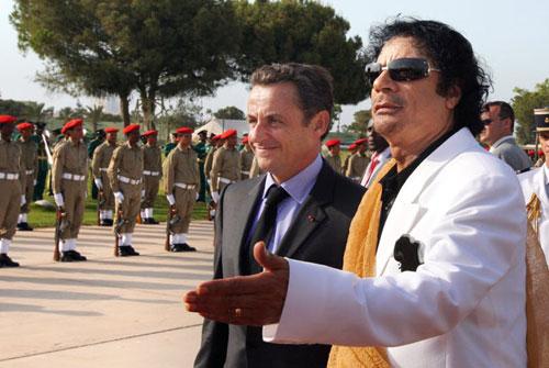 Ông Gaddafi (áo trắng) tiếp đón ông Sarkozy (áo đen) tại Libya năm 2007. Ảnh: AFP.