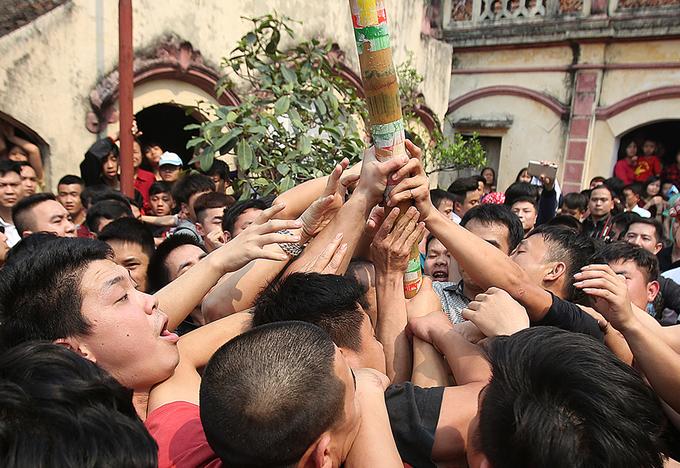Trai làng xô đẩy, tranh cướp trong lễ hội giằng bông