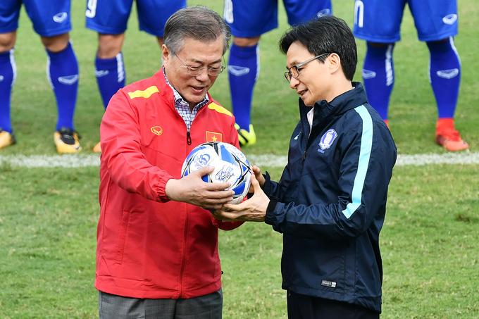 Tổng thống Hàn Quốc khoác áo đội tuyển, sút bóng giao lưu cùng U23 Việt Nam