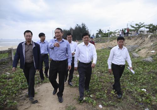 Bí thư Trương Quang Nghĩa trực tiếp đi vào khu vực dự án, yêu cầu phải mở lối đi chung ở ranh giới giữa dự án với biển. Ảnh: Nguyễn Đông.