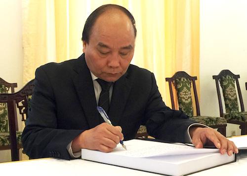 Thủ tướng viết sổ tang tiễn biệt nguyên Thủ tướng Phan Văn Khải. Ảnh: VGP