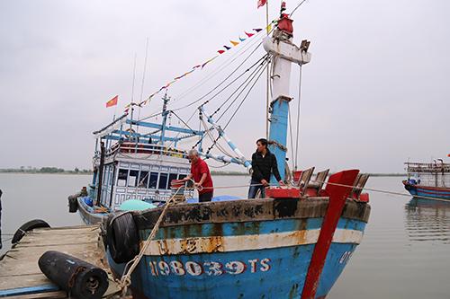Cha con anh Tuấn trên chiếc tàu mới sắm được sau khi trúng mẻ cá bè xước 180 tấn. Ảnh: Hoàng Táo
