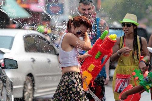 Những người tham gia Tết té nước Songkran ở Thái Lan. Ảnh: Bangkok Post
