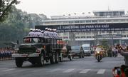 Người dân đứng bên đường tiễn đưa nguyên Thủ tướng Phan Văn Khải