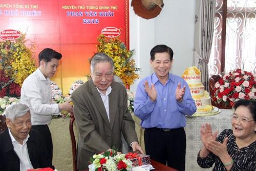 Nguyên thủ tướng Phan Văn Khải tại nhà riêng nguyên Chủ tịch nước Nguyễn Minh Triết. Ảnh: Báo Lao động