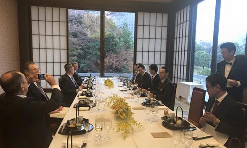 Ngoại trưởng Nga (trái) dùng điện thoại chụp cảnh tuyết rơi ở Tokyo. Ảnh: Facebook.