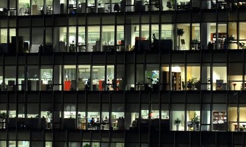 Đèn điện sáng trưng ở các văn phòng Hàn Quốc lúc tối muộn. Ảnh: AFP.