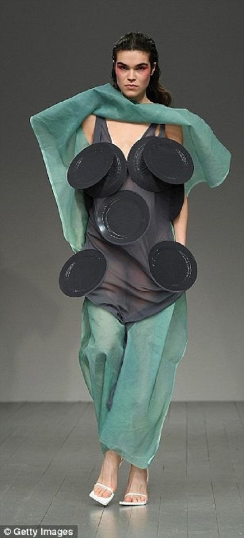 Chẳng còn nỗi lo thiếu đĩa đựng thức ăn khi bạn diện mẫu váy độc đáo này.