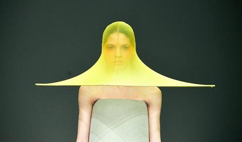 Chiếc mũ ra đời khi xu hướng thời trang xuyên thấu lên ngôi.
