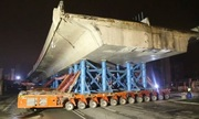 Cỗ máy tự hành vận chuyển thân cầu nặng 3.050 tấn