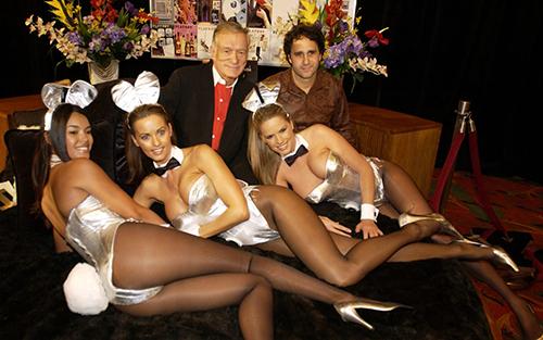 Karen McDougal (giữa) chụp ảnh cùng các người mẫu và ông trùm tạp chí Playboy (áo đỏ). Ảnh: WireImage