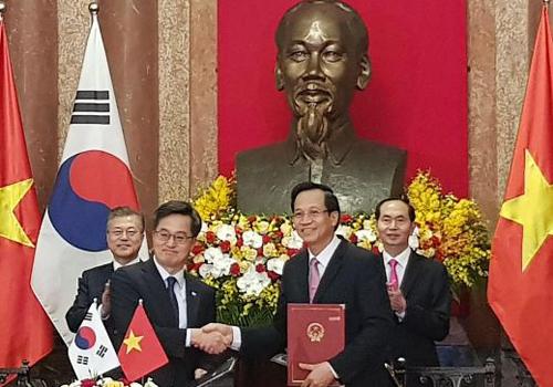 Bộ trưởng Đào Ngọc Dung và ngài Dong Yeon Kim, Phó Thủ tướng kiêm Bộ trưởng Bộ Chiến lược và Tài chính Hàn Quốc ký Bản ghi nhớ. Ảnh: Bộ Lao Động.