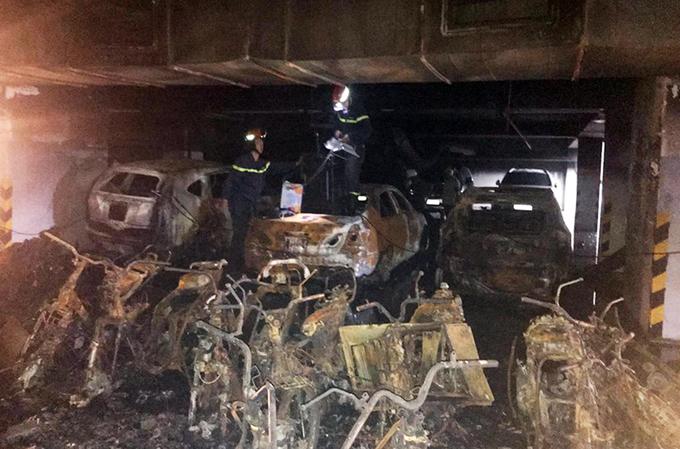Hàng trăm xe cháy rụi trong hầm chung cư 13 người chết ở Sài Gòn