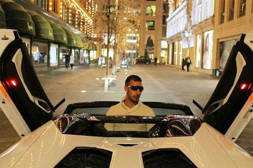 Amid Khan và siêu xe. Ảnh: BirminghamLive.