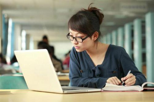 Biết tiếng Anh, bạn có thể tự nghiên cứu nhiều tài liệu nước ngoài. Ảnh minh họa: Nextews