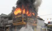 Cửa hàng điện máy ở Nghệ An cháy ngùn ngụt