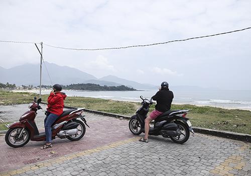 Dù hàng rào sắt cuối đường biển Nguyễn Tất Thành đã tháo dỡ, nhưng du khách không thể chạy xe máy xuống lối bê tông trước đó ra ghềnh đá Nam Ô. Ảnh: Nguyễn Đông.