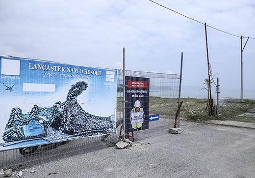Một đoạn hàng rào khoảng 20m đã được tháo dỡ, chủ đầu tư dựng bảng thông báo và có bảo vệ túc trực. Ảnh: Nguyễn Đông.