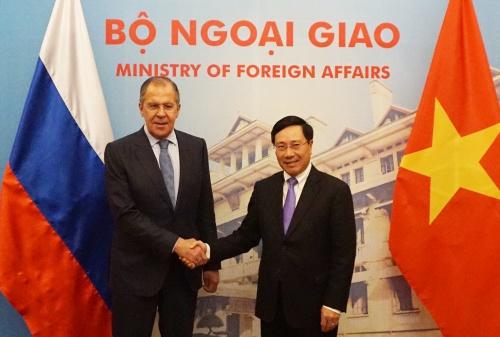 Ngoại trưởng Nga và người đồng cấp Việt Nam bắt tay tại cuộc họp ở Hà Nội.