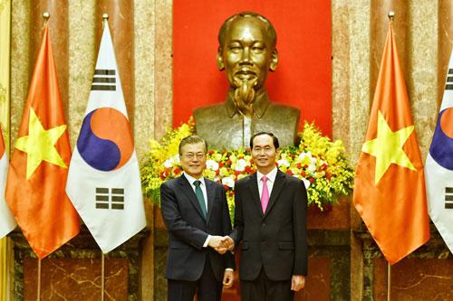 Chủ tịch nước Trần Đại Quang, phải, và Tổng thống Hàn Quốc Moon Jae-in trong họp báo ngày 23/3. Ảnh:Giang Huy.