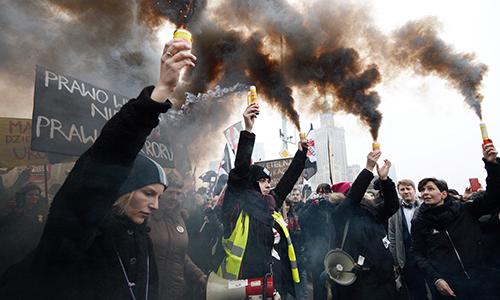 Người biểu tình ở Warsaw hôm 23/3. Ảnh: Guardian.