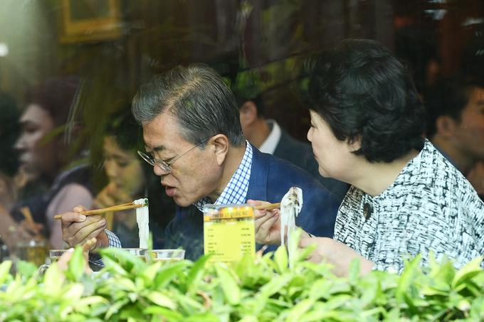 Tổng thống và Đệ nhất phu nhân Hàn Quốc thưởng thức phở Hà Nội