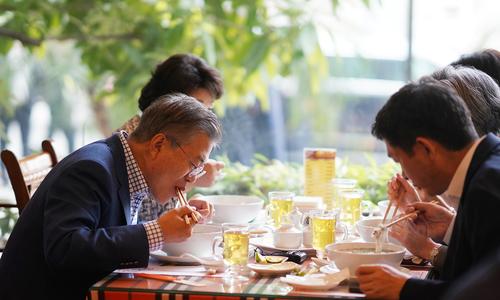 Tổng thống và Đệ nhất phu nhân Hàn Quốc ăn phở 150.000đ trước khi về nước