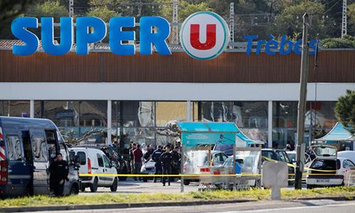 Vụ khủng bố vào siêu thị Super U khiến ba người chết, trong đó có kẻ tấn công. Ảnh: Rfi.