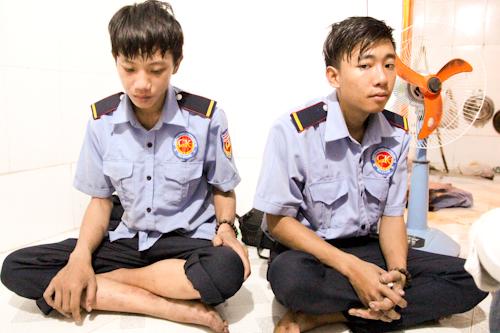 Dù cứuđược nhiều người, nhưng hai bảo vệ trẻ buồn bã vì mộtđồng nghiệp tử vong trong vụ cháy.Ảnh:Đ T.