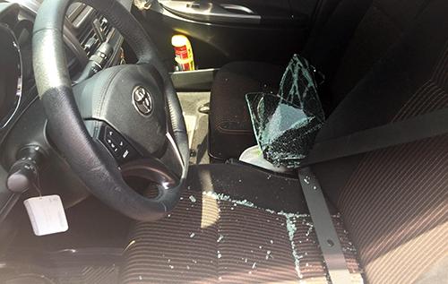 Ôtô bị kẻ trộm đập vỡ kính. Ảnh: Nguyệt Triều