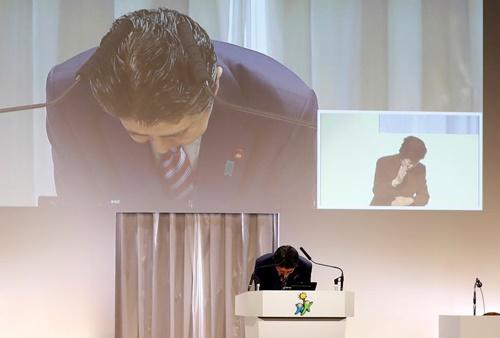 Thủ tướng Nhật Bản Shinzo Abe hôm nay cúi đầu xin lỗi vì gây ra tình trạng suy giảm niềm tin vào chính phủ. Ảnh: Reuters.
