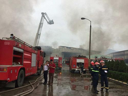 Xe cứu hỏa cùng cảnh sát chữa cháy được điều động tới hiện trường. Ảnh: Phạm Tuân.