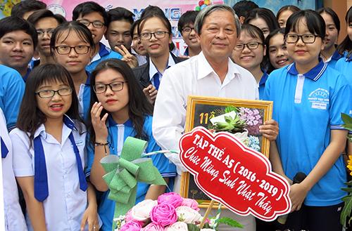 Thầy Chỉnh mong các học trò thân yêu cố gắng vượt lên chính mình, đối xử tốt và sống tử tế với nhau. Ảnh: Ninh Kiều